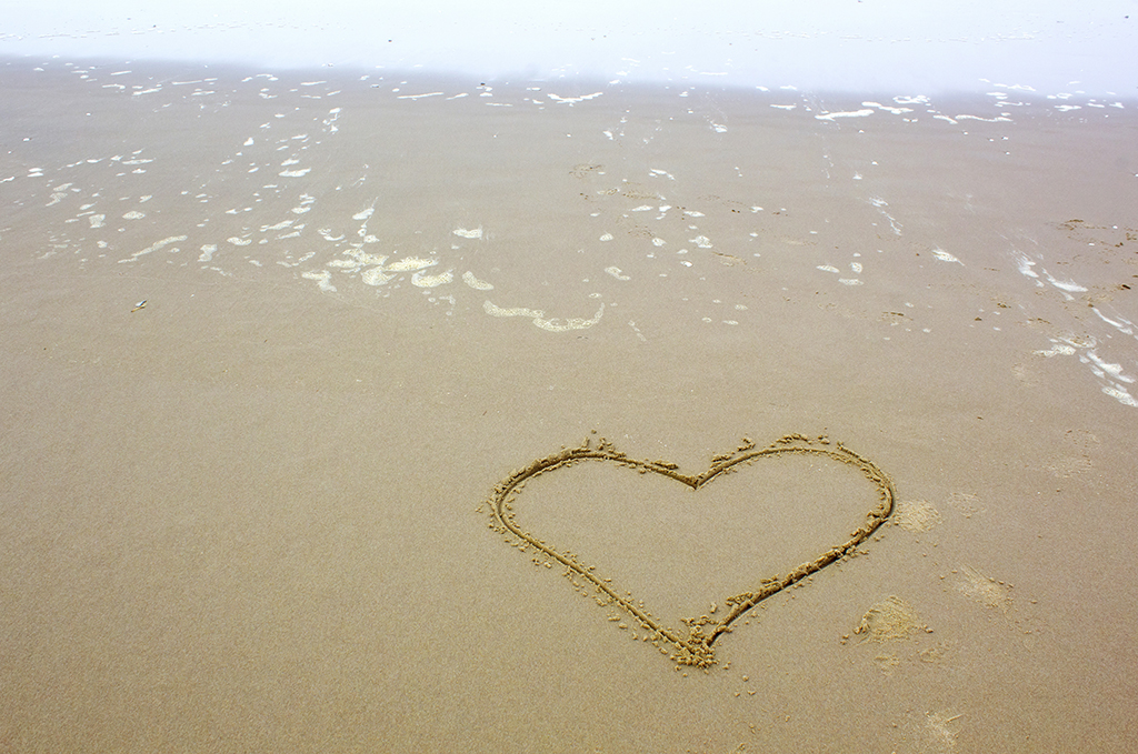 heart-shape-drawn-on-beach_m1plkyk_.jpg